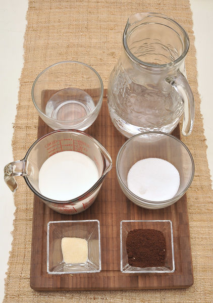 3 cucharadas de café molido 3 tazas de agua 1 sobre de grenetina 1/2 taza de agua 1 taza de crema 6 cucharadas de azúcar blanca