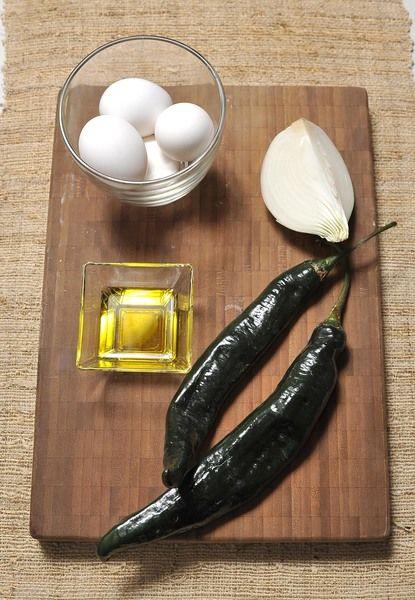 2 chiles chilaca ¼ de cebolla Aceite de oliva 4 huevos Sal al gusto