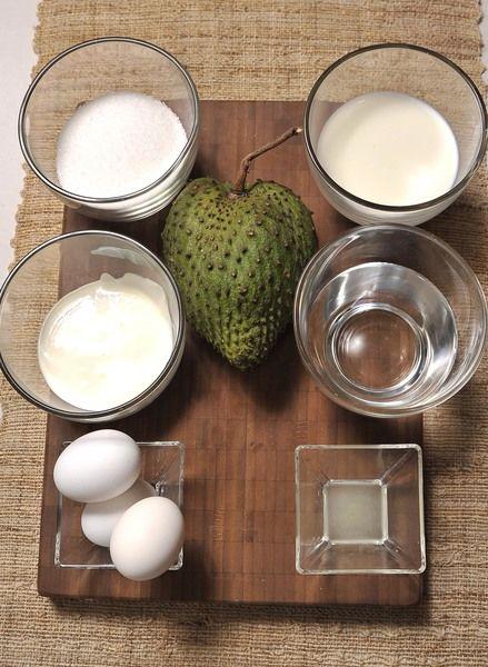 1 guanábana 1 taza de leche 1 taza de agua 1 taza de azúcar blanca 3 claras de huevo 2 cucharaditas jugo de limón ½ taza de crema de leche