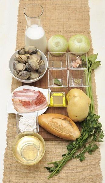 500 gramos de almejas 125 gramos de tocino ahumado 1 cebolla 2 papas 2 ramas de apio 2 dientes de ajo 3 cucharadas de harina 3 tazas de leche 1 taza de vino blanco Pimienta negra molida, al gusto 1 pizca de tomillo 1 hoja de laurel ¼ de manojo de perejil picado 1 pan bolillo Aceite de oliva, al gusto