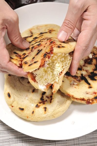 Para servir, abrir y rellenar con cebolla picada, salsa crema y queso fresco.