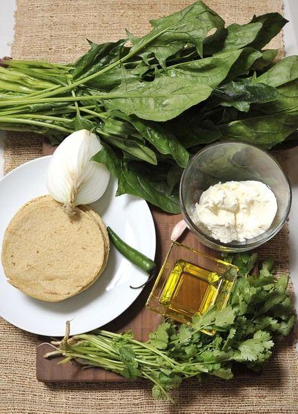 Ingredientes: 1 manojo de espinacas Desinfectante de verduras ¼ de cebolla 1 diente de ajo 1 chile serrano 100 gr de requesón ¼ manojo de cilantro 12 tortillas Sal al gusto Aceite de oliva la gusto