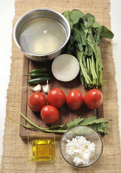 1 manojo de espinacas 5 piezas de jitomate guaje ½ cebolla blanca 2 dientes de ajo 3 chiles serranos 2 ramas de epazote 4 tazas de caldo de pollo Sal al gusto Pimienta blanca al gusto ½ taza de queso fresco Aceite de oliva al gusto