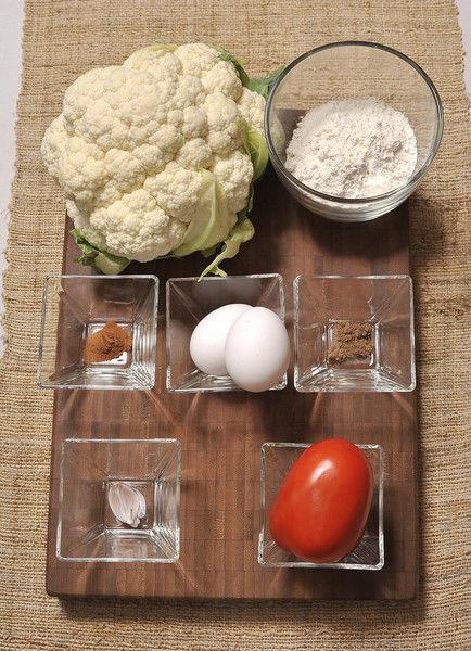 Ingredientes 2 piezas de jitomate 1 diente de ajo 1/4 pieza de cebolla blanca 1/4 cucharita de canela en polvo 1 pizca de clavo de olor en polvo 1 pieza de coliflor harina de trigo al gusto 2 piezas de huevo sal al gusto