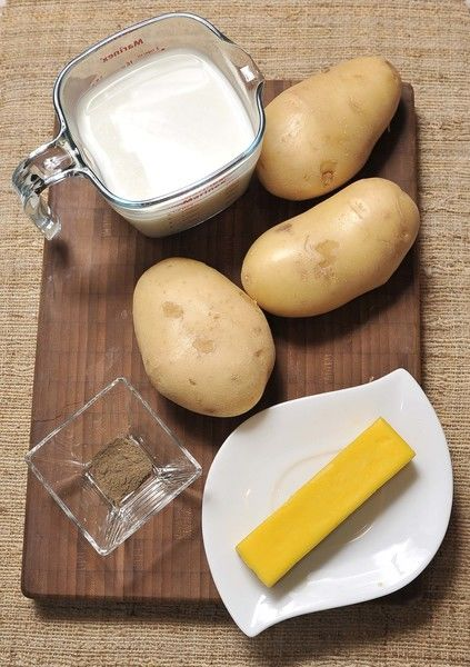 3 papas 1 barra de mantequilla (90 gramos) 2 tazas de leche Sal al gusto Pimienta al gusto