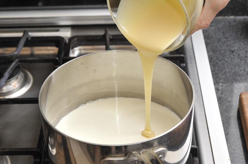 Cuando esté caliente (no debe hervir) agregar leche condensada.