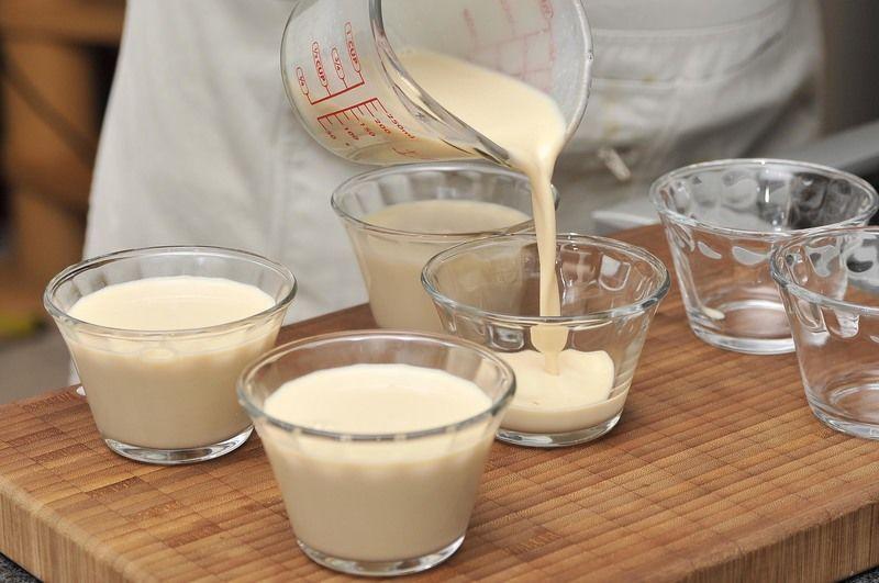 Colocar dentro de moldes para gelatina, dejar enfriar completamente y refrigerar hasta que cuaje.