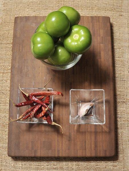 8 tomates verdes 1 diente de ajo 12 chile de árbol Sal al gusto Hielo