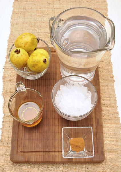 1 ½ litros de agua, 6 guayabas 1 cucharadita de canela en polvo ¼ taza de miel de agave Hielos al gusto