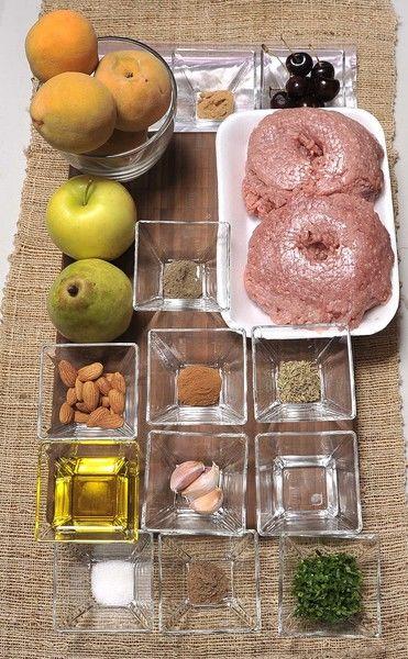Ingredientes relleno: 500 gr carne molida de cerdo 3 jitomates guajes ½ cebolla 3 dientes de ajo 1 manzanas amarillas 4 duraznos 1 peras 50 gr. de pasas 50 gr. almendras, picadas 2 cucharadas de perejil, picado 2 cucharadas de jerez seco ¼ taza aceite de oliva 1 ½ cucharadita de orégano 1 ½ cucharadita de tomillo 1 ½ cucharadita de canela, en polvo 1 ½ cucharadita de clavo de olor, en polvo 1 ½ cucharadita de nuez moscada, en polvo 1 ½ cucharadita de sal 1 ½ cucharadita de pimienta negra molida Hielo 9 cerezas frescas´ Bolsa de plástico