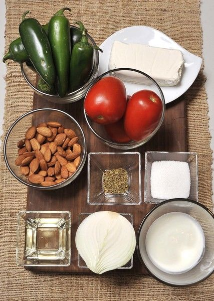 Ingredientes nogada: ½ taza de yogur 96 almendras (1.5 tazas almendras) ½ taza de jerez ¼ taza azúcar blanca 190 gr queso crema Ingredientes Chiles: 18 chiles jalapeños Sal de mar 2 cucharadas de vinagre blanco