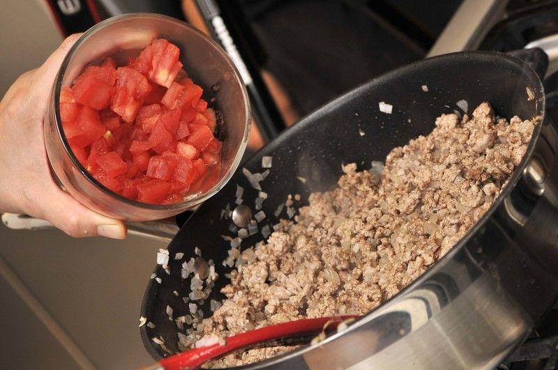 Agregar los jitomates picados y dejar cociendo durante 5 minutos hasta que se torne rojo más intenso.