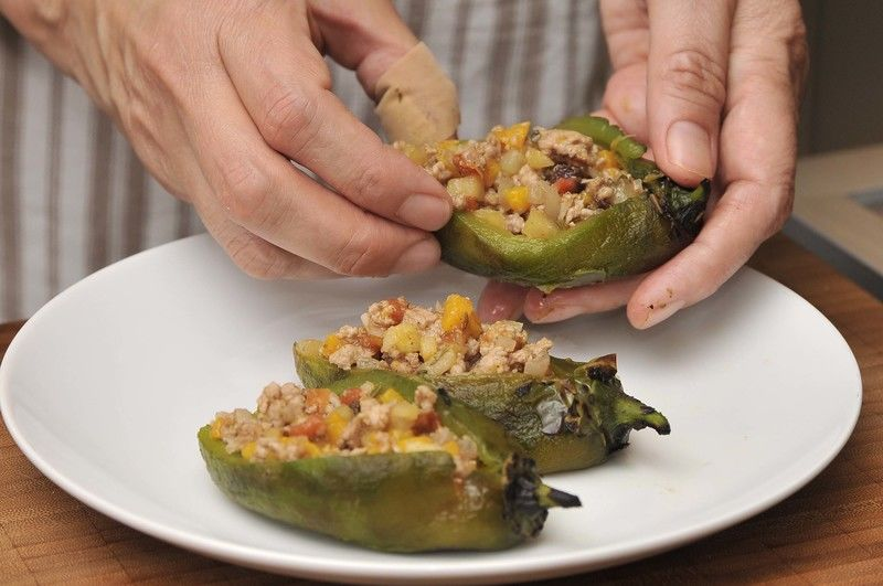 Rellenar los chiles con la mezcla de carne y fruta, puede estar tibia o caliente.