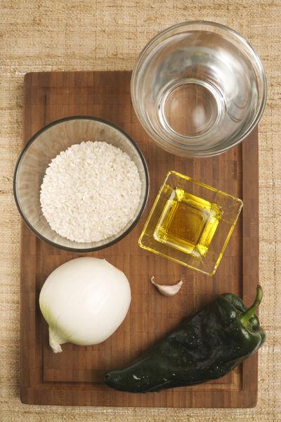 2 tazas de agua 1 taza de arroz 1 chile poblano ¼ de cebolla 1 diente de ajo Aceite de oliva Sal al gusto