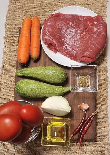 5 jitomates guaje ¼ de cucharadita de orégano 3 chiles de árbol 6 bisteces de carne de res 1 diente de ajo ¼ de cebolla 2 calabacitas 2 zanahorias Aceite de oliva Sal