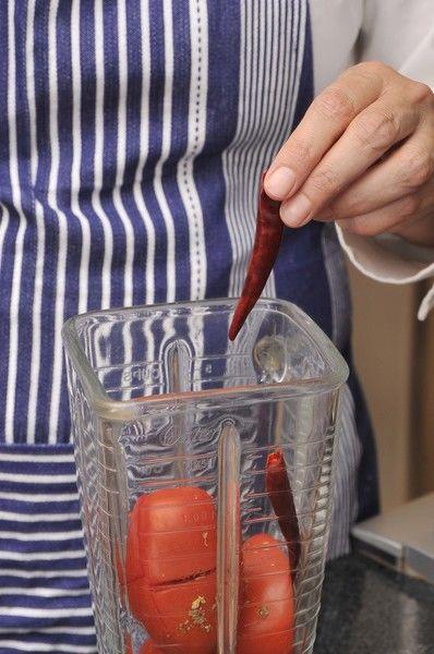 Moler el jitomate junto con el chile de árbol sin rabo y el orégano en la licuadora. Reservar.