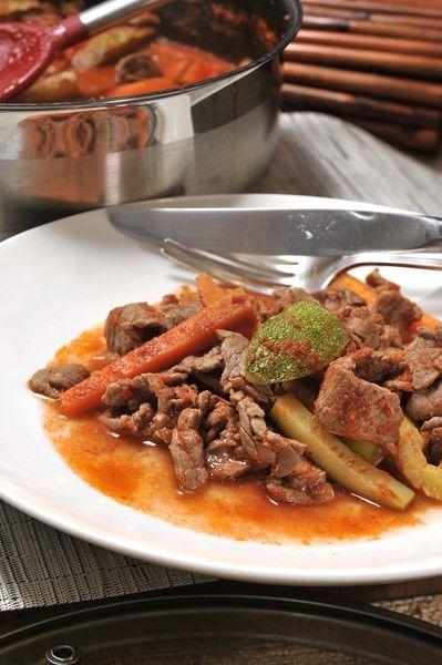 Servir acompañado de arroz blanco o rojo y frijoles de la olla.