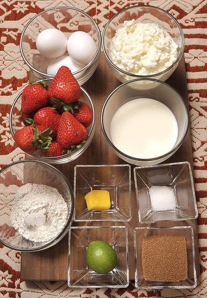 3 huevos 1 de taza de leche 6 cucharadas de harina integral ½ cucharadita de sal 1 cucharada de mantequilla Ingredientes para el relleno: 2 tazas de fresas 4 cucharadas de azúcar morena 1 limón 2 tazas de queso cottage Desinfectante de verduras