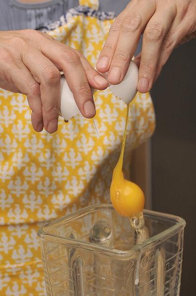 Colocar en la licuadora los huevos, la leche, la harina, la sal y una cucharada de mantequilla derretida y fría.