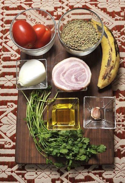 ¼ de kilo de lentejas 2 jitomates 1 trozo de cebolla 1 diente de ajo 100 gramos de tocino o panceta 1 cucharada de aceite de oliva 1 plátano macho 10 hojas de cilantro Sal al gusto