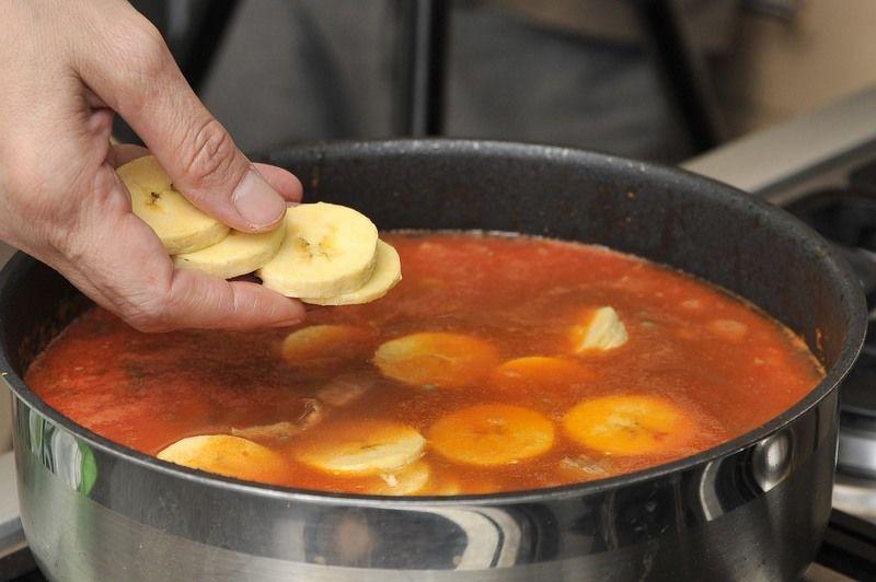 Añadir el plátano cortado en rodajas, las hojas de cilantro y sazonar con sal. Dejar hervir 10 minutos más hasta que el plátano esté cocido.