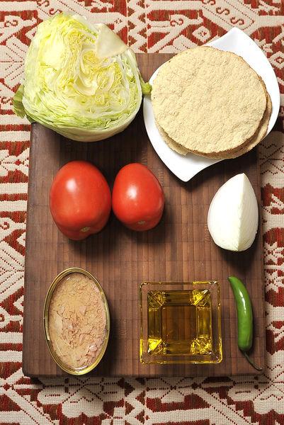 1 lata de atún ½ lechuga 2 jitomate guaje 1 chile serrano ¼ cebolla Aceite de oliva extra virgen al gusto Sal al gusto Desinfectante Tostadas