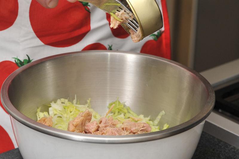 Poner a remojar la lechuga picada en agua con una gota de desinfectante durante 5 minutos, escurrir. Picar finamente la cebolla y el chile. Cortar el jitomate en cubos pequeños. Mezclar todo en un tazón con el atún y la lechuga.