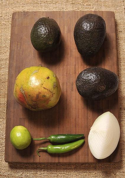 Ingredientes: 1/2 pieza de limón 2 piezas de chile serrano 1 pieza de granada 1/4 pieza de cebolla blanca 3 piezas de aguacate sal al gusto
