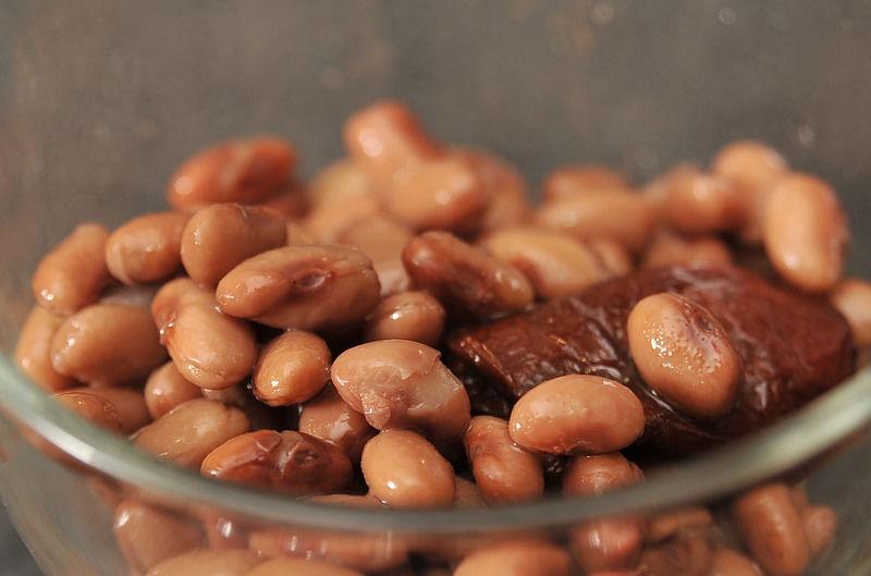 Moler los frijoles cocidos en la licuadora con aproximadamente 1 taza del caldo en el que se cocieron y un chipotle adobado. La mezcla debe ser levemente espesa.
