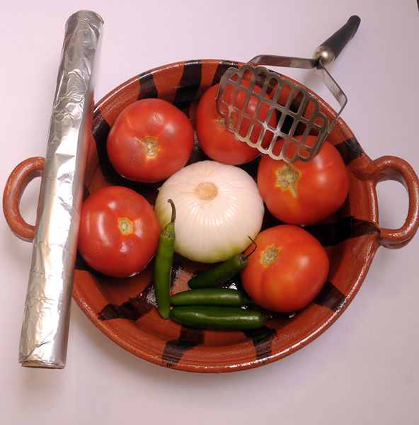5 jitomates 4 chiles serranos 1 cebolla Sal al gusto Papel aluminio Carbón