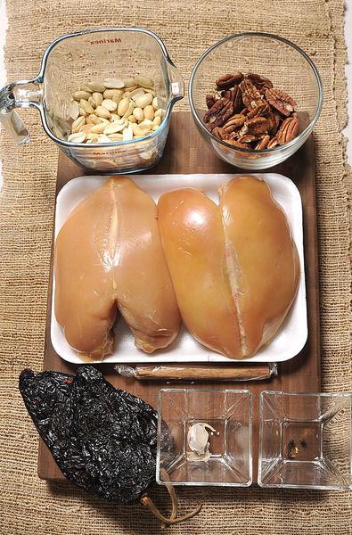 2 pechugas de pollo sin piel 2 chiles anchos 1 diente de ajo 1 taza de cacahuates 1 taza de nuez 1 rajita de canela 2 pimientas negras enteras 2 clavos de olor Sal al gusto
