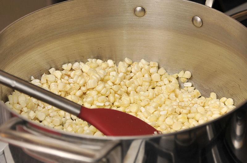 Poner a calentar aceite en una olla honda y sofreír los granos de elote, meneando con frecuencia durante 8 minutos.