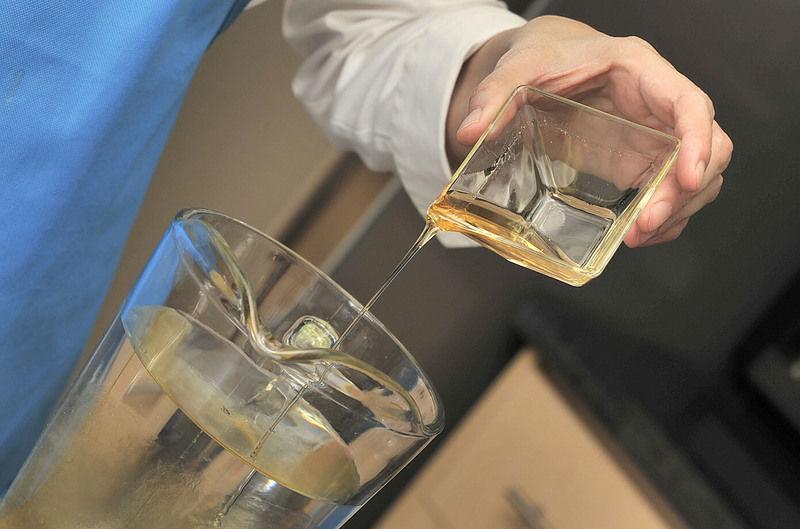 Colocar el agua en una jara. Agregar la miel de agave y mezclar bien con una cuchara.