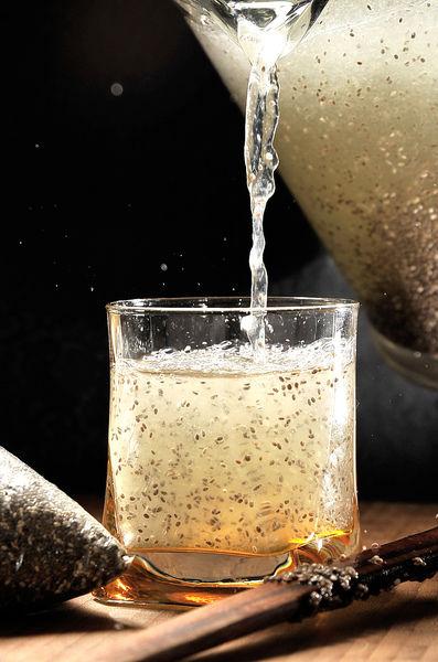 Servir sobre hielo y decorar con un gajito de limón en cada vaso.