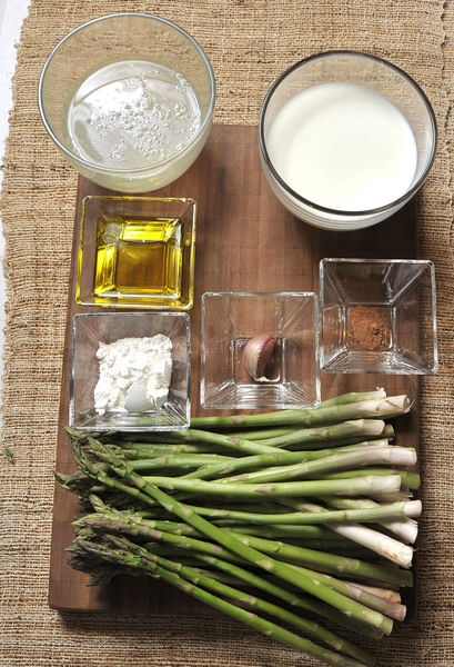 2 manojo de espárragos (200 gramos) 1 taza de caldo de pollo 2 cucharadas de harina 1 ½ tazas de leche 1 pizca de nuez moscada molida Sal y pimienta al gusto Aceite de oliva 1 diente de ajo
