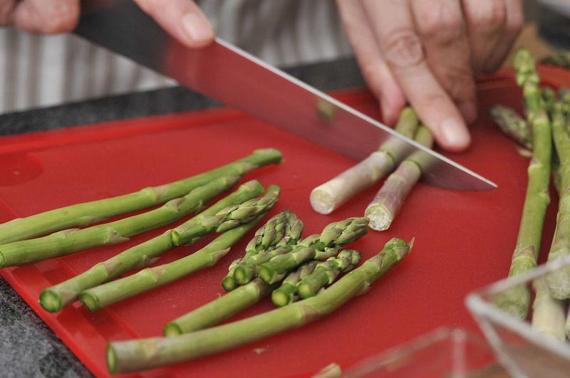 Cortar las puntas de los brotes, removiendo la parte fibrosa y dura del rabo de los espárragos.