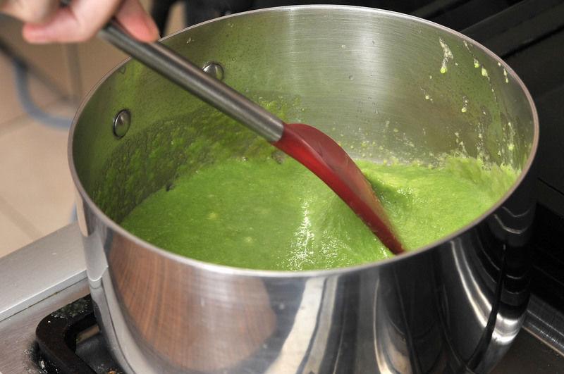 Agregar de inmediato los espárragos molidos, menear y sazonar con sal, pimienta y nuez moscada. Añadir la leche y continuar meneando rápidamente. Al soltar el hervor, bajar la lumbre y dejar hervir durante 5 minutos, mover con frecuencia. Por último, escurrir las puntas de los espárragos añadirlas al caldo, esperar 2 minutos más para que se calienten.