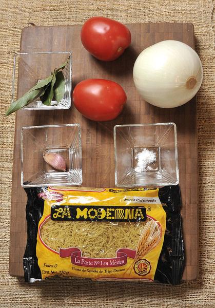 250 gramos de fideo 2 jitomates 1/2 cebolla 1 diente de ajo Aceite de oliva 1 pizca de bicarbonato 5 hojas de laurel Sal al gusto