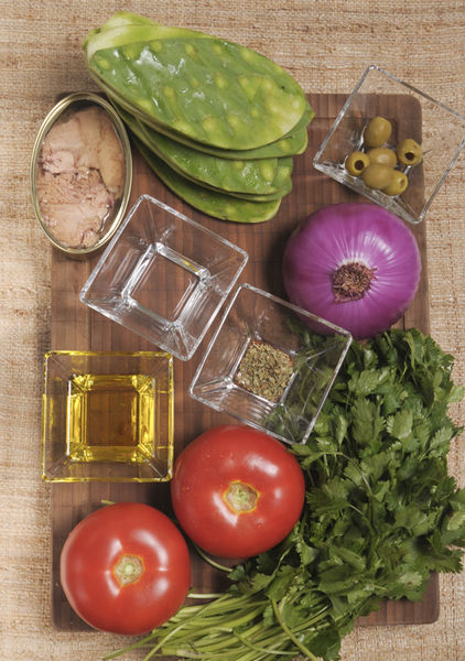 8 pencas de nopal 2 jitomates 1 lata de atún ¼ manojo de cilantro ½ cucharada de orégano 3 cucharadas de aceite de oliva 1 cucharada de vinagre blanco 6 aceitunas verdes 1 cebolla morada Sal al gusto Pimienta al gusto