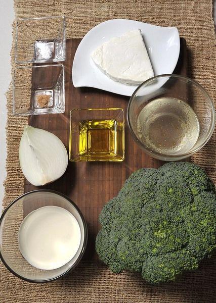 1 brócoli ½ taza de crema ½ taza de caldo de pollo 1 pizca de nuez moscada Sal al gusto Aceite de oliva 1/4 de cebolla