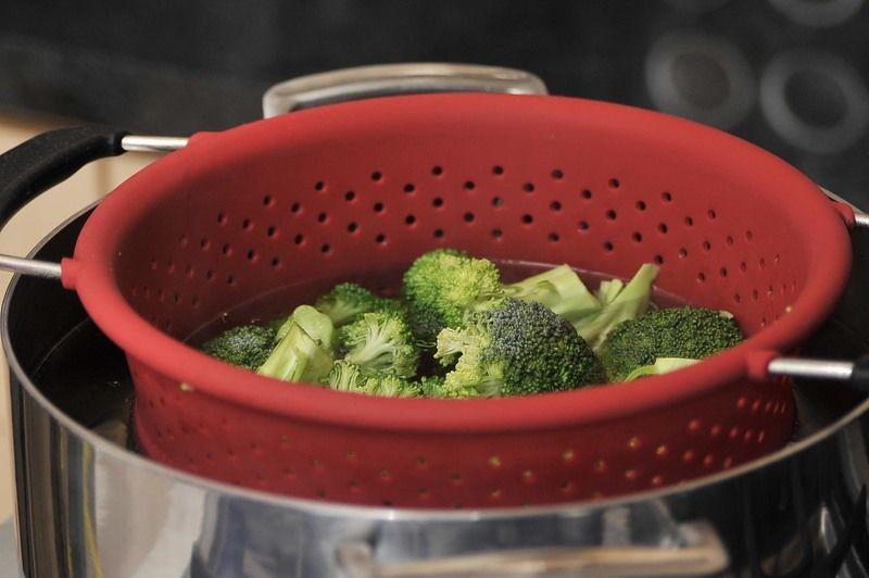 Cocer el brócoli a vapor durante 5 minutos, a que cambie de color.