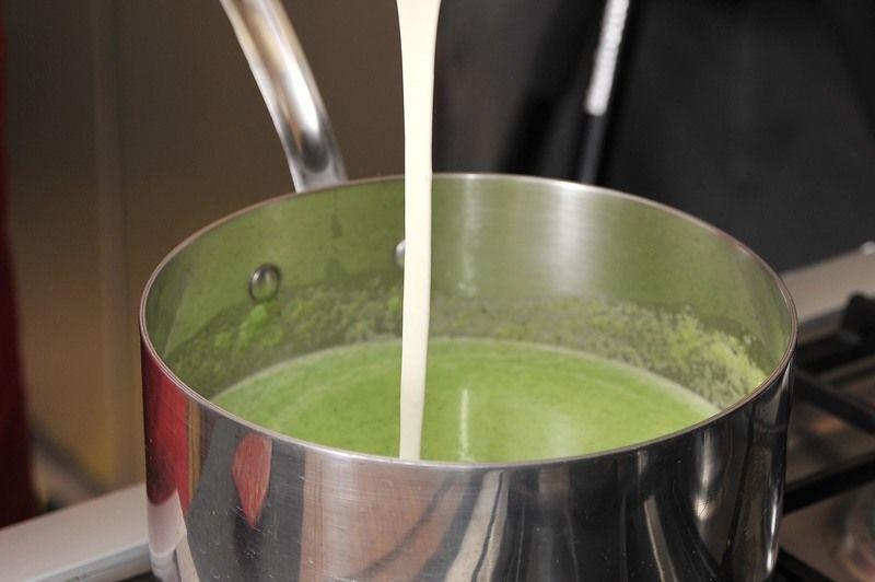 Verter en sartén sobre un poco de aceite de oliva caliente. Una vez que suelte el primer hervor, agregar la crema y una pizca de nuez moscada molida. Dejar cocer tapado a fuego lento durante 10 minutos, mover de vez en cuando.