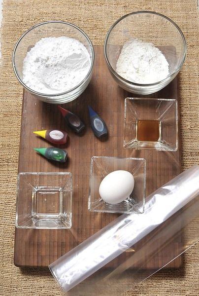 2 tazas azúcar, pulverizada 1 clara huevo 1 cucharada de miel de maíz clara 1/2 cucharada de esencia de vainilla 1/3 taza maicena Colorantes vegetales