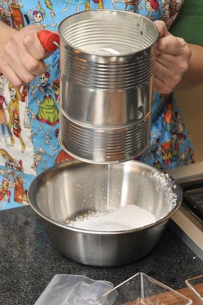 En un tazón cernir el azúcar.