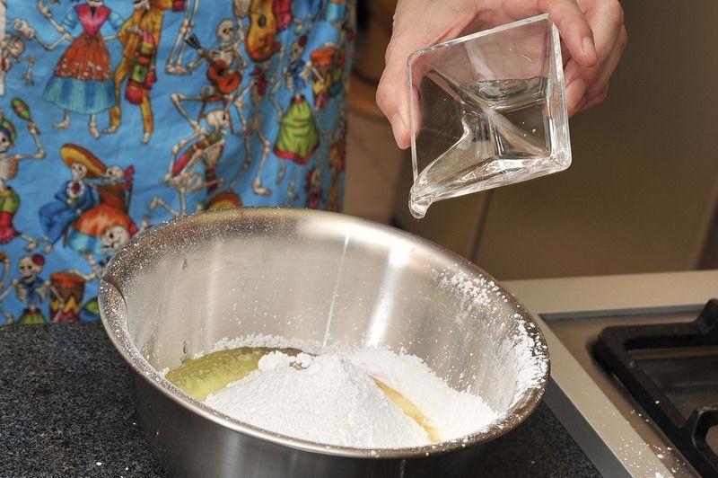 Incorporar la clara, la miel y la vainilla.