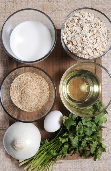 Ingredientes: 2 tazas de avena entera 1 cebolla 1 manojo de cilantro Sal al gusto 1 taza de leche 1 huevo Pan molido al gusto Aceite de canola al gusto