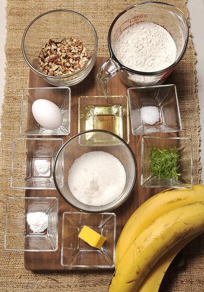 1 ½ tazas de harina 1 cucharada de mantequilla ¼ taza de aceite vegetal 1 huevos 3 plátanos maduros 1 ½ cucharaditas de ralladura de limón ½ tazas de azúcar ¼ cucharita de polvo de hornear ½ cucharitas de bicarbonato de sodio ¼ cucharita de sal ½ taza de nuez, picada