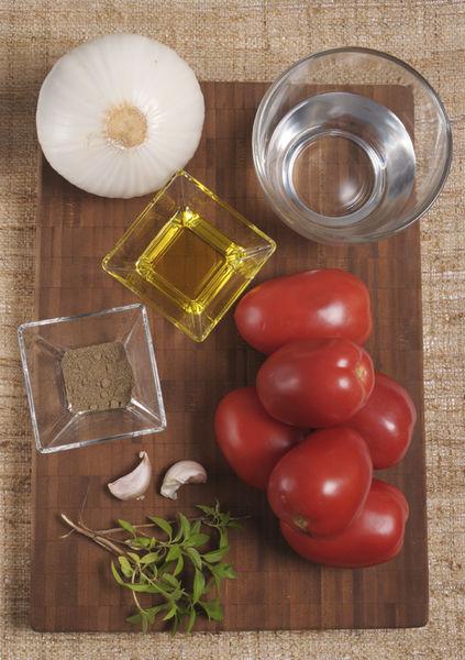 6 jitomates 1 cebolla 2 dientes de ajo 6 hojas de albahaca fresca Aceite de oliva Sal al gusto Pimienta al gusto Agua
