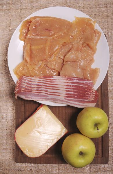4 milanesas de pollo 100 gamos de tocino de cerdo 200 gramos de queso gouda 2 manzanas amarillas medianas Sal, al gusto Pimienta, al gusto