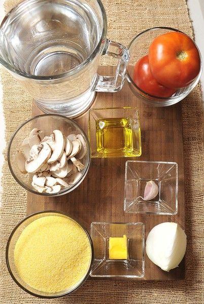 1 diente de ajo 1 taza de champiñones 2 jitomate bola ¼ de cebolla blanca Sal al gusto Aceite de oliva al gusto 6 tazas de agua 2 tazas de polenta 2 cucharadas de mantequilla